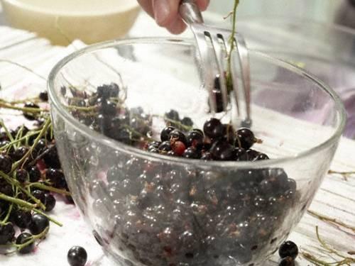1. Для начала ягоды необходимо как следует вымыть и очистить от веточек. Затем снова промыть под проточной водой и просушить. При желании классический рецепт сиропа из смородины можно использовать и для замороженных ягод.