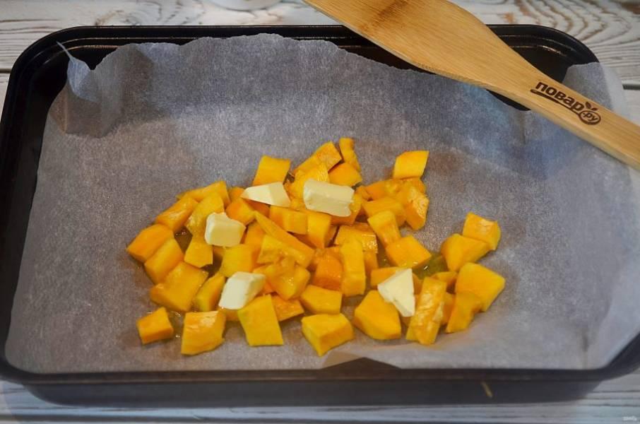 2. Выложите на пергамент, полейте оливковым маслом. Посолите, поперчите, выложите сверху кубики сливочного масла. Запекайте в разогретой до 200 градусов духовке около 20 минут.