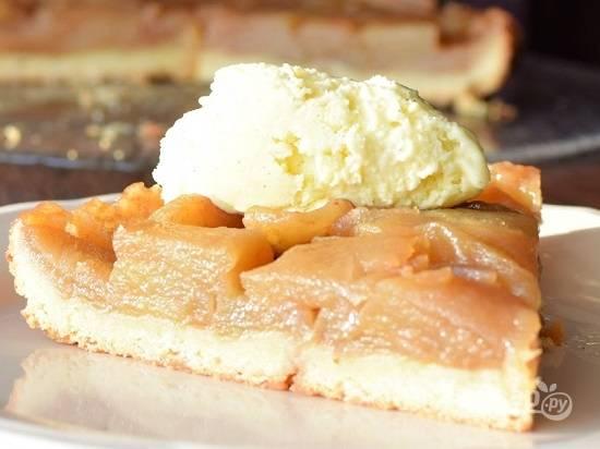 Будет очень вкусно, если подать горячий пирог с шариком мороженого. Приятного чаепития!