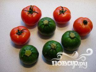 Вымойте помидоры и  кабачки.