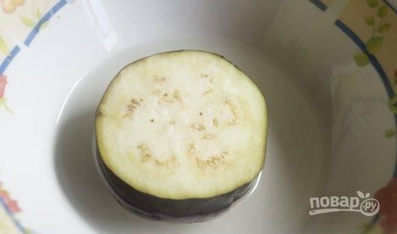Затем обмакните кружки в растительное масло, смазав их солью. После обжарьте баклажан с обеих сторон до золотистого цвета. А затем остудите его.
