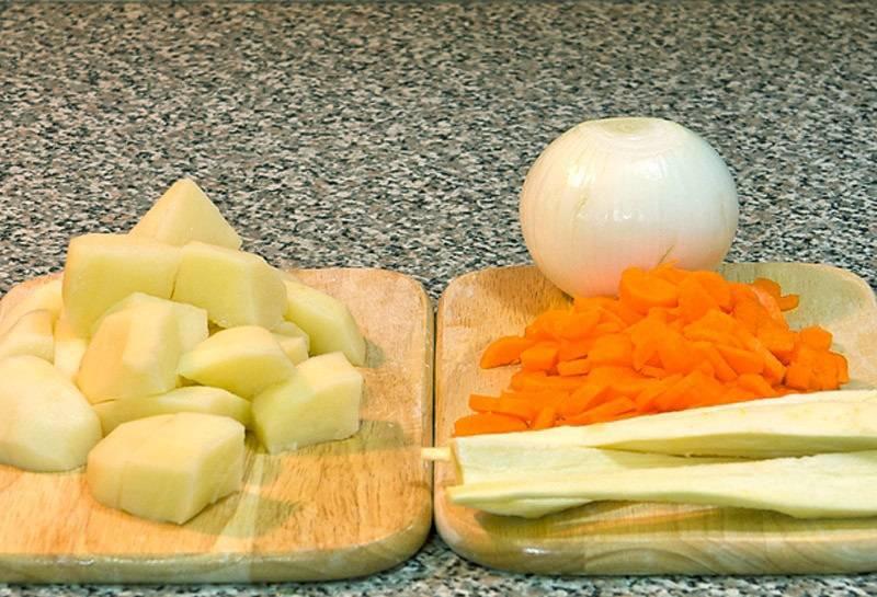 2. Для начала нужно заняться овощами. Их следует вымыть, очистить и измельчить.
