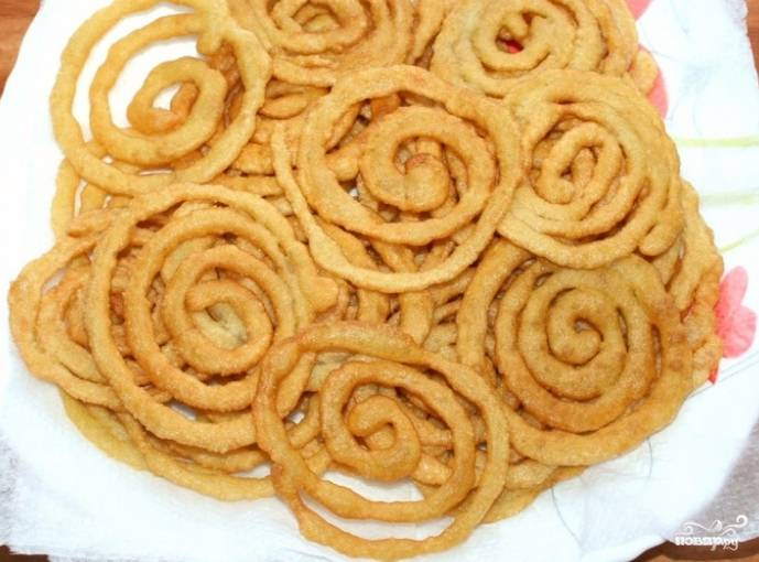 5.Обжаривайте сладость с двух сторон до получения красивой золотистой корочки.