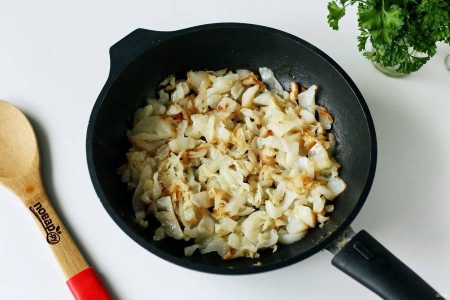 В другой сковороде с добавлением соли потушите капусту.