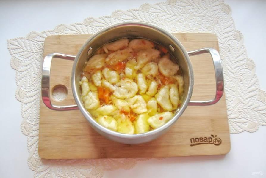 Затем с помощью небольшой ложечки набирайте тесто и опускайте в кипящий суп. Когда клецки всплывут, проварите суп еще 2-3 минуты и выключайте.