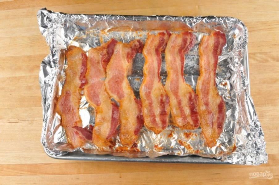 3. В это же время ломтики бекона отправьте запекаться в духовку при 200 градусах на 11 минут.