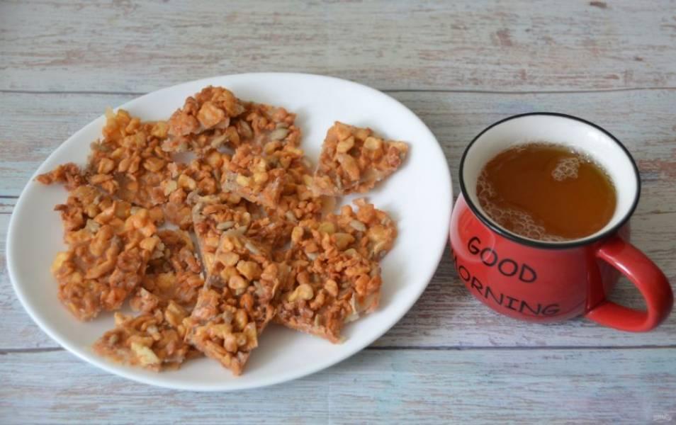 Нарежьте получившийся десерт на кусочки. Подавайте с чаем, кофе или молоком. Лакомство необычное, по вкусу напоминает щербет.
