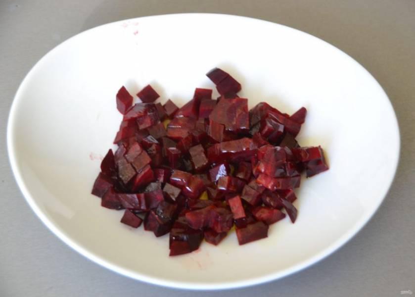 """Порежьте кубиком свеклу и добавьте одну столовую ложку растительного масла. Это позволит """"запечатать"""" свекольный сок и он сразу же окрасит винегрет в бордовый цвет."""
