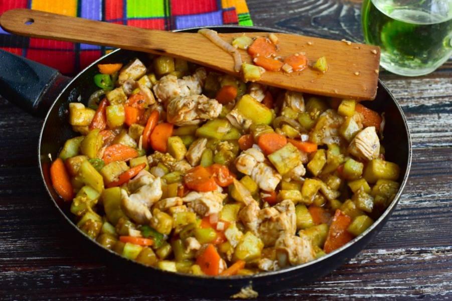 Тушите овощи в сковороде в течение 10-15 минут.