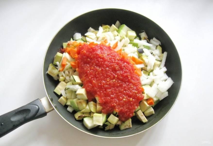Помидоры помойте, пропустите через мясорубку или натрите на терке. Добавьте в сковороду.