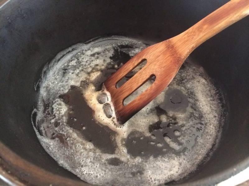 1.Разогрейте растительное масло в казане. Очистите картофель и лук, нарежьте кубиками. Очистите грибы и нарежьте их небольшими кусочками.