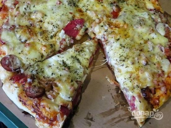 Перекладываем пиццу с силиконового коврика, нарезаем — и можно приступать к дегустации. Вот такая вкусная, сочная и сытная пицца у нас получится!