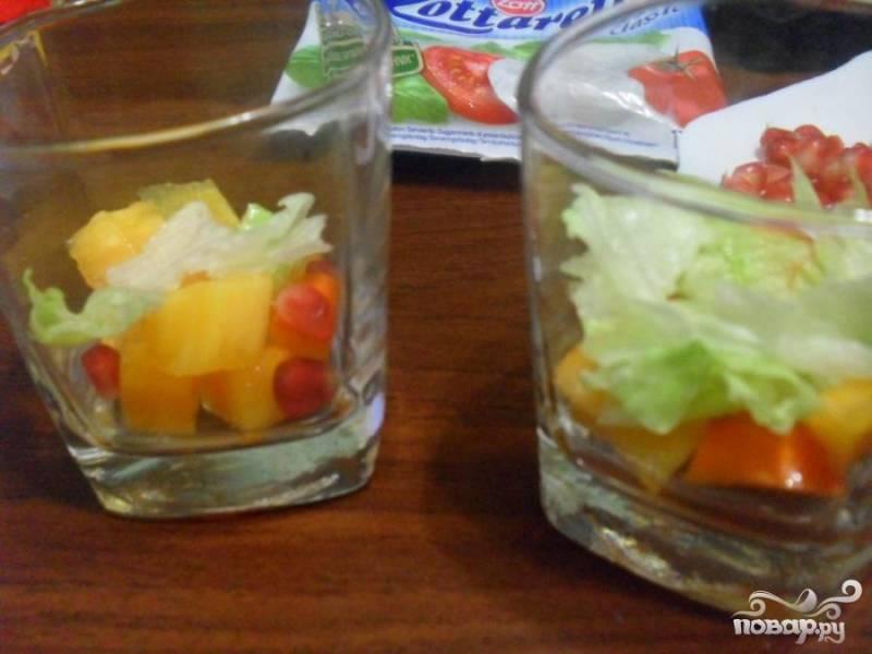 Закуску можно приготовить в двух вариантах: выкладывая ингредиенты слоями или в произвольном порядке. Для веррина выложенного слоями: первый слой-хурма второй слой- салат романо