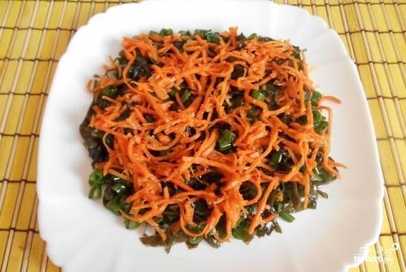6. Теперь укладывайте все ингредиенты слоями. Вначале — морковку по-корейски.