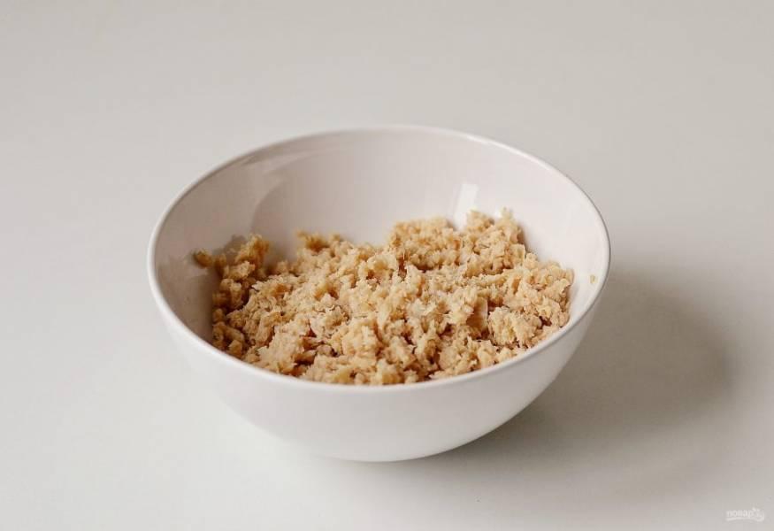 Соевые кусочки залейте кипятком и оставьте на 10-15 минут. Затем промойте в холодной воде и отожмите. Измельчите соевый текстурат в мясорубке на крупной насадке в фарш.