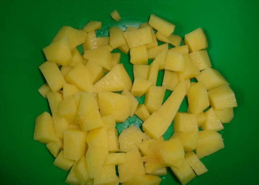 Пока мясо с овощами готовятся, нарежьте кубиками картофель.
