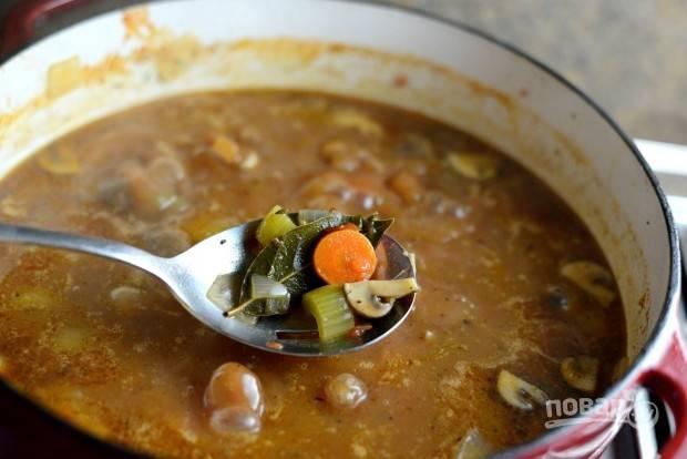 13. После этого удалите из блюда лавровый лист и тимьян. Добавьте соль и перец.