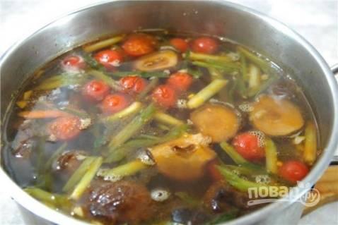 Добавляем в бульон еще целые черри, варим 10 минут. Попробуйте бульон на вкус. Если надо, добавьте соль или соевый соус.