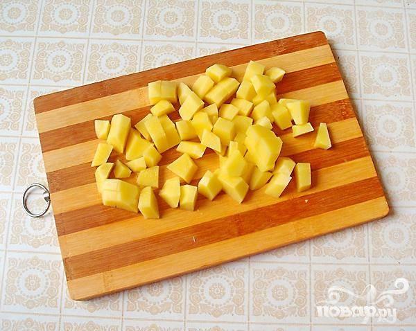 4.Пока  капуста варится, чистим и нарезаем картофель. Картофель режем произвольно. Когда закипит капуста, добавляем мясо и картофель.