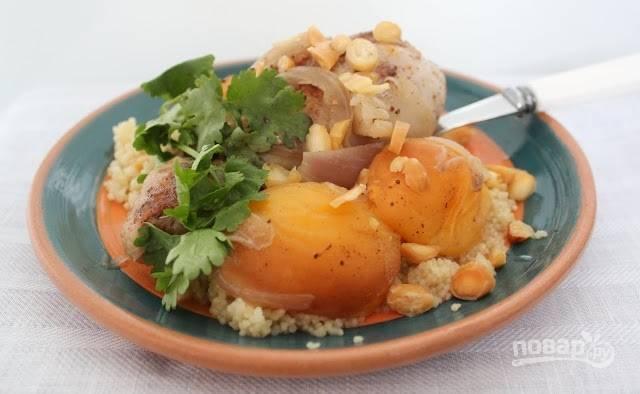 6.Готовую курицу убираю с огня и подаю горячей с кускусом и абрикосами. Приятного аппетита!