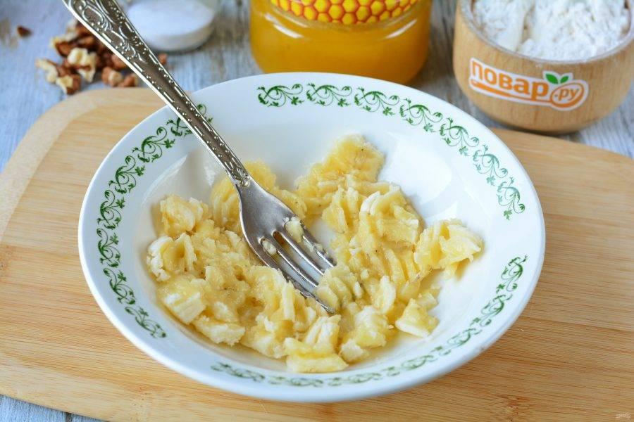 Спелые бананы почистите и разомните в пюре.