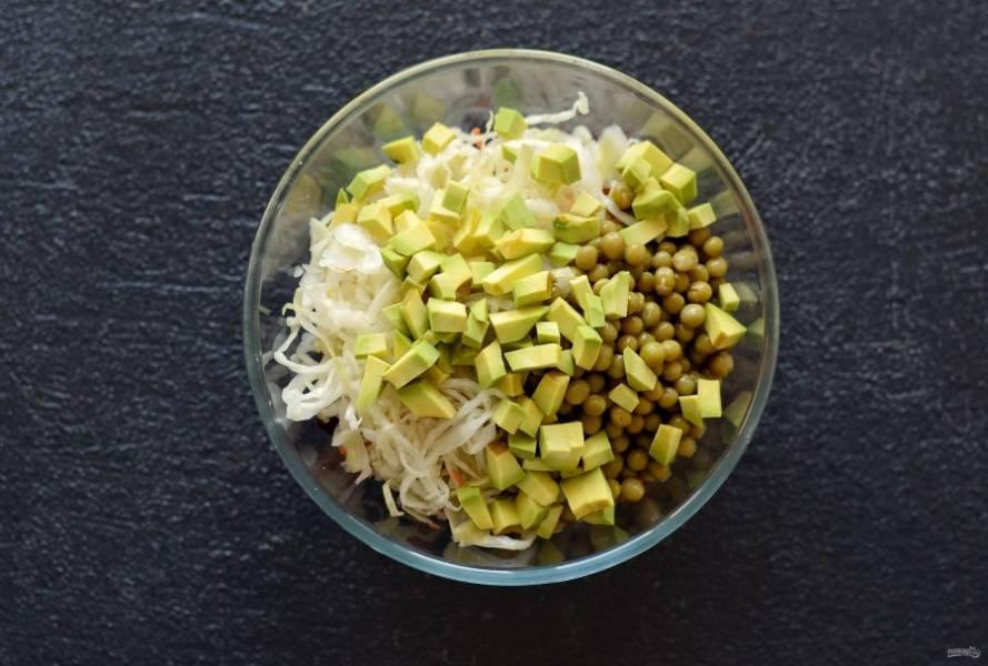 Авокадо нарежьте кубиками и добавьте в миску.