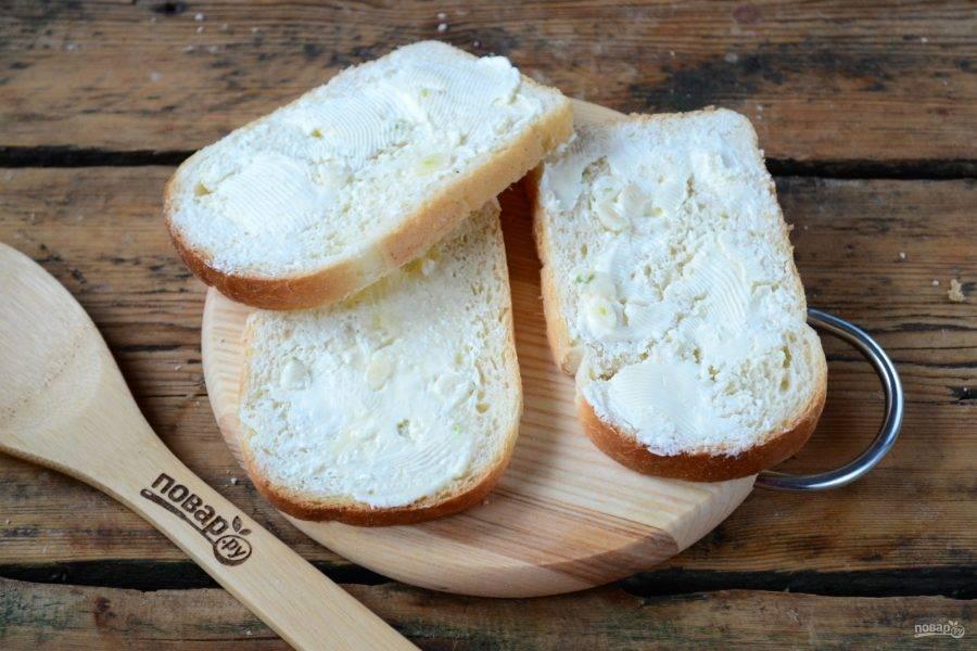 Намажьте все 6 ломтиков хлеба с одной стороны сливочно-чесночным маслом.