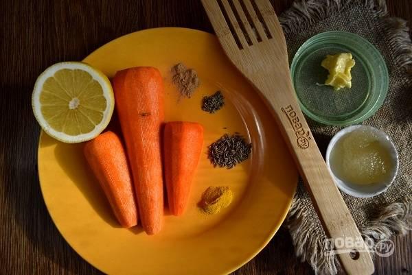 Подготовьте необходимые ингредиенты. Морковь помойте и очистите.