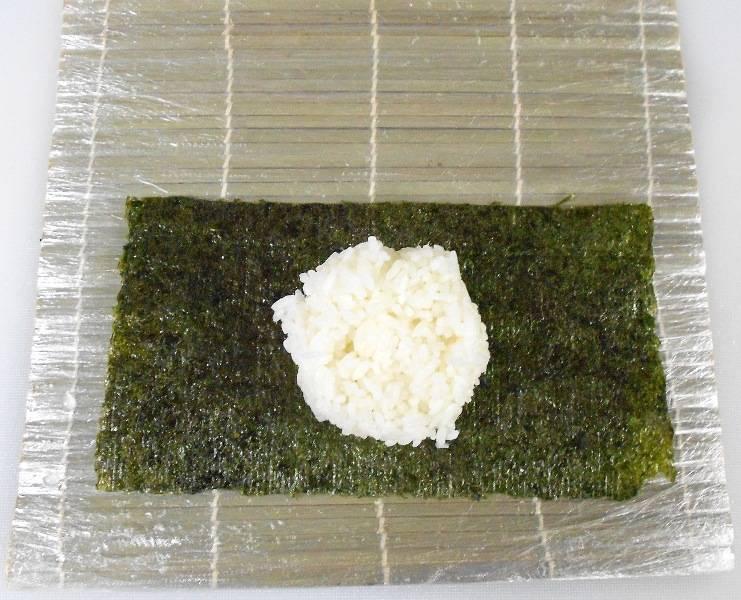 На нори выкладываем отваренный рис для суши.