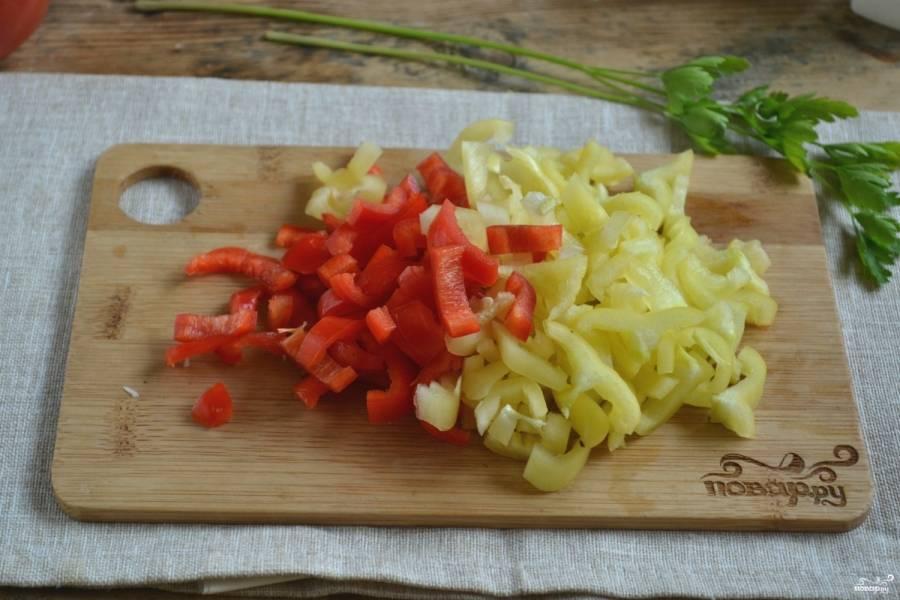 Перец разрежьте на четвертинки, удалите плодоножки и семена. Нарежьте соломкой.