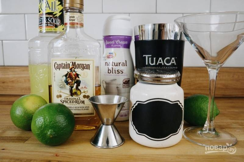 """Подготовьте нужные ингредиенты, мерный стаканчик, шейкер, блюдце и бокал треугольной формы """"Мартини"""". Вымойте лайм."""