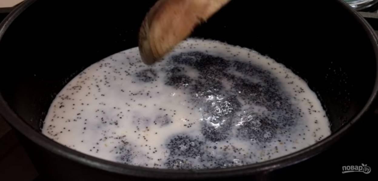 4. Приготовьте маковую начинку: мак промойте в теплой воде, переложите в кастрюлю с толстым дном. Смешайте с молоком и доведите до кипения. Уменьшите температуру до средней и подождите, пока выпарится жидкость.
