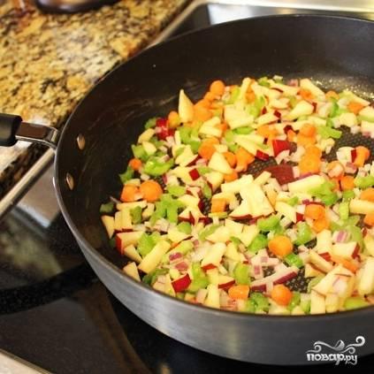 5. Нагрейте сковороду, на среднем огне растопите в ней сливочное масло. На масле до золотистого цвета обжарьте нарезанные яблоко, морковь, лук и сельдерей. Это займет минут 5-7.