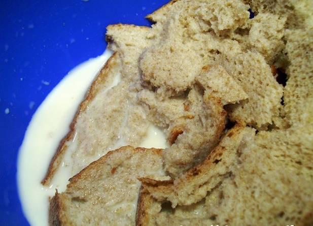 Хлеб разломайте на мелкие кусочки и залейте молоком. Оставьте на 15 минут, чтобы он размяк.