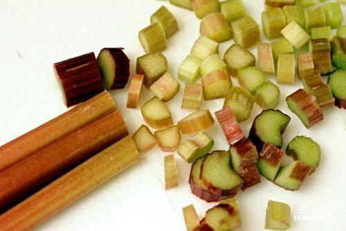 1. Разогреть духовку до 160 градусов. Смазать маслом квадратную форму размером 20 см. Нарезать ревень ломтиками толщиной 1 см. Перемешать с сахаром, крахмалом и имбирем. Отставить в сторону. Чтобы приготовить посыпку, в большой миске смешать сахар, специи и соль с растопленным сливочным маслом до однородной массы. Добавить муку и перемешать деревянной ложкой. У вас должно получиться твердое тесто. Поставить тесто в холодильник.