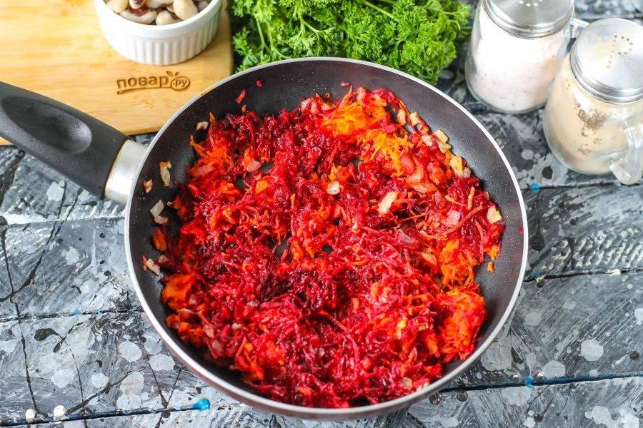 Добавьте морковную и свекольную массу, обжарьте еще 1-2 минуты.