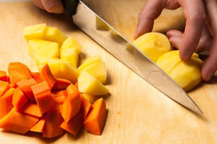 Морковь и картофель нарежьте кубиками.