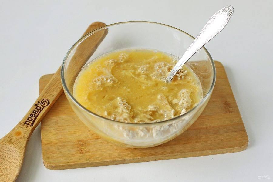 Добавьте взбитые с сахаром яйца и растительное масло.
