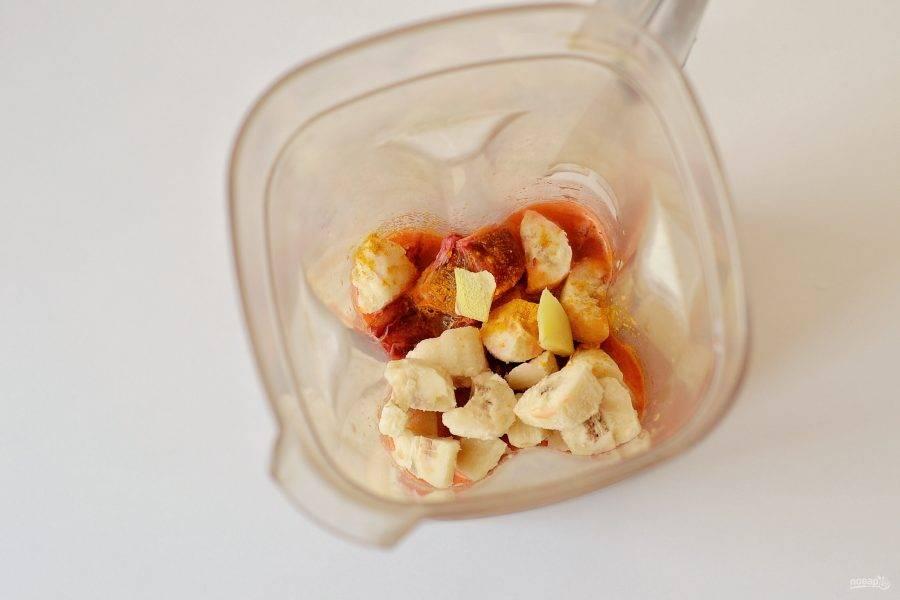 Апельсин очистите от кожуры, затем нарежьте кубиками. Корень имбиря очистите от шкурки, нарежьте тонкими ломтиками. Измельчите все ингредиенты в блендере до однородного состояния.