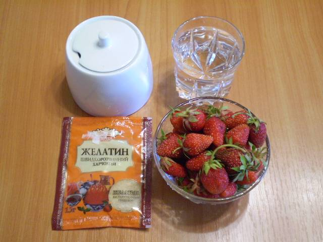 1. Приготовим продукты для желе. Я использую быстрорастворимый желатин для удобства.