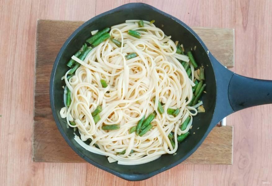 В сковороду с фасолью добавьте макароны.
