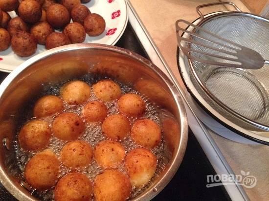 Бросаем шарики в хорошо разогретое масло и обжариваем до красивого румяного цвета. При жарке шарики увеличиваются в объеме! Готовые шарики выкладываем на сито или на бумажные салфетки.