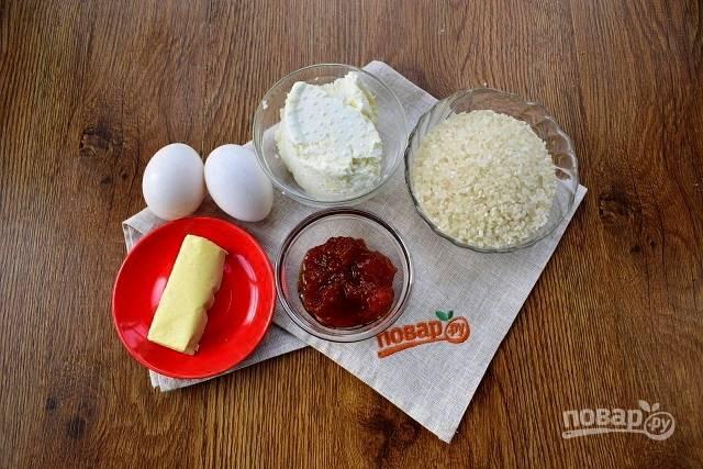 Подготовьте необходимые продукты. Рис промойте в нескольких водах до прозрачной воды. Отварите рис в немного подсоленной воде (2 стакана) до готовности, остудите.