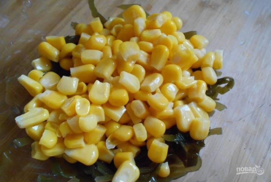 В салатнице соедините морскую капусту и кукурузу.