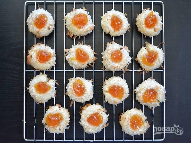 11.Переложите печенье на решетку, а ешьте после остывания.