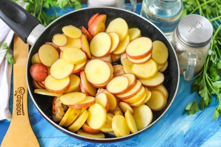 Добавьте картофельную нарезку в сковороду и перемешайте, чтобы мясо оказалось сверху. Обжарьте примерно 6-7 минут.