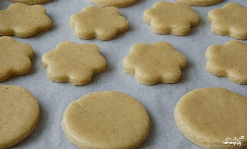Застилаем противень бумагой для выпечки, выкладываем тесто. Выпекаем 15 минут в духовке при температуре 200 градусов. Даем печенью остыть.