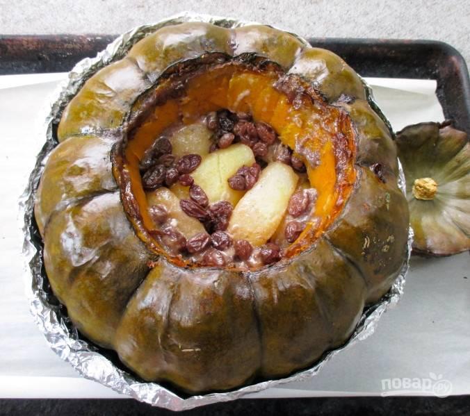Ставим тыкву в духовку часа на 2,5. Регулируйте время приготовления в зависимости от размера тыквы. Подавайте блюдо как десерт. Можно полить сладким соусом.