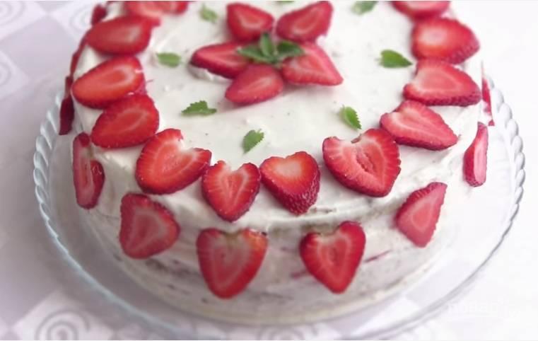 """8. Накройте торт срезанной """"крышкой"""", смажьте верх и бока кремом. Украсьте клубникой и веточками мяты. Когда торт постоит в холодильнике пару часов, его можно кушать. Приятного аппетита!"""