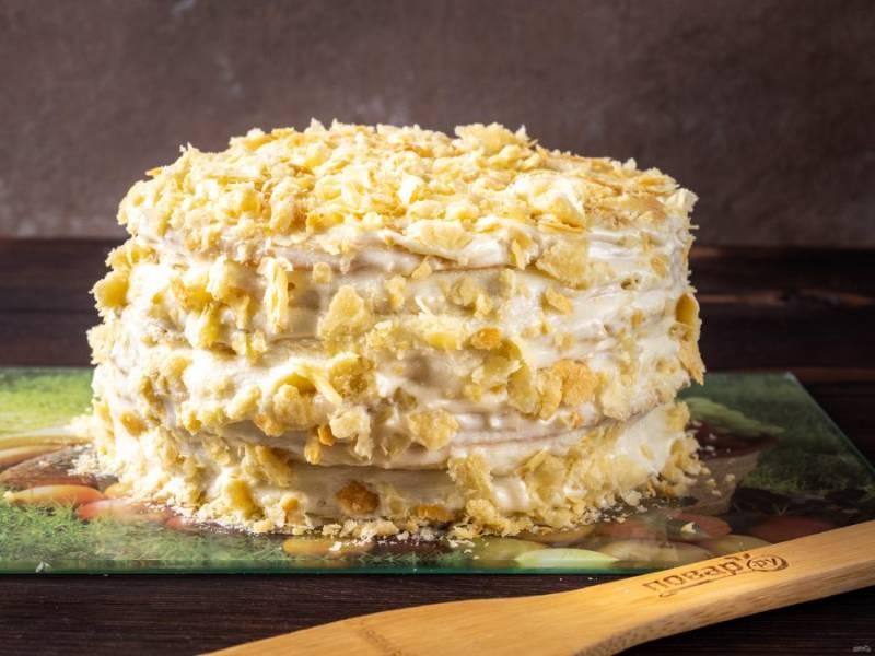 Один корж раскрошите и украсьте верхушку и бока торта. Также добавьте рубленные грецкие орехи.  Готовый торт уберите в холодильник на 10-12 часов или более. Торт я сначала выкладываю на плоскую стеклянную досочку, а уже настоявшийся в холодильнике, переношу на тортовницу.